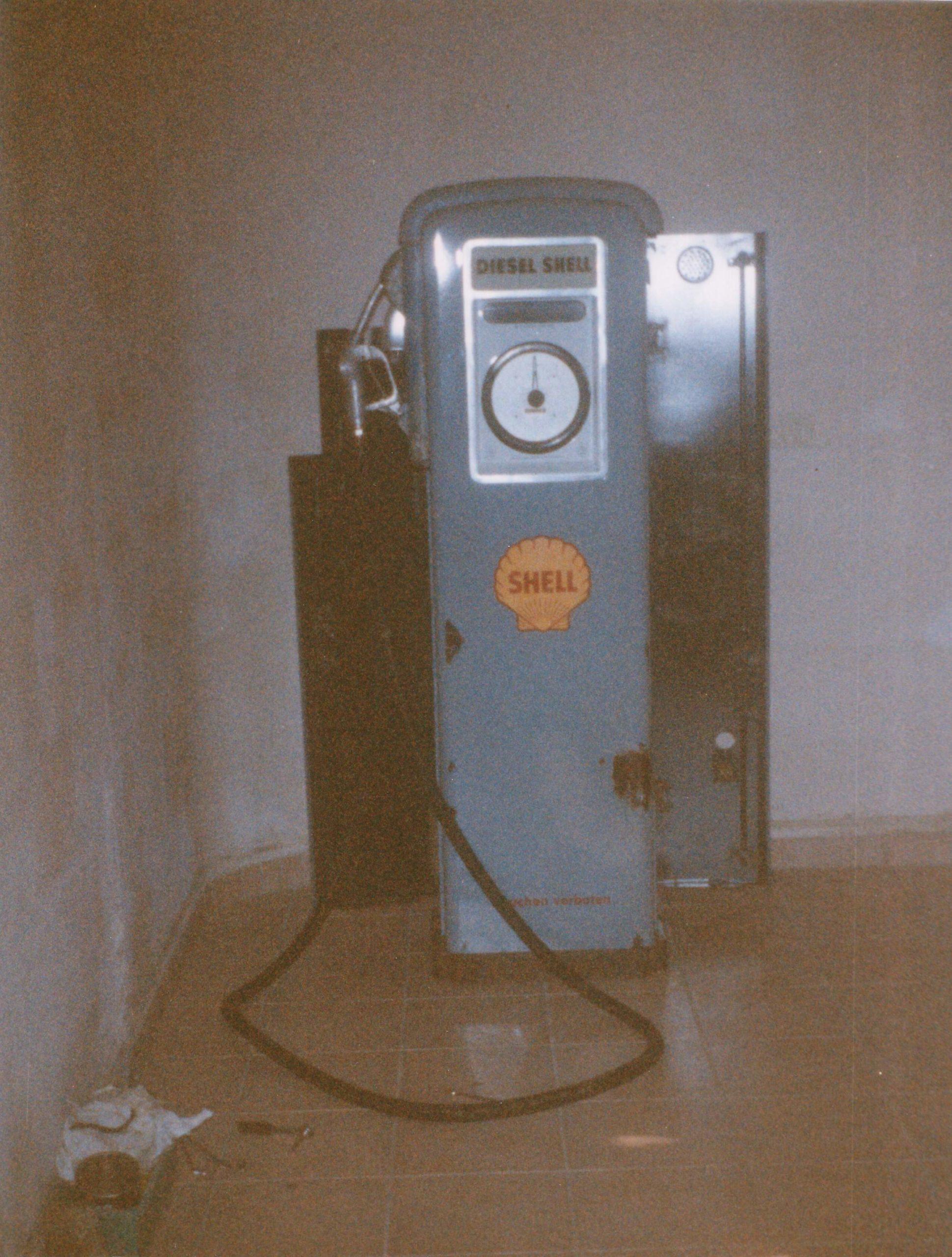 eine alte Shell Tanksäule